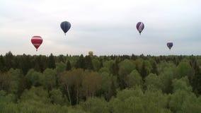 Kilka barwili balony lata depresję nad drzewnymi wierzchołkami zdjęcie wideo