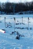 Kilka bez właścicieli Skiis, słupy i Snowboard obrazy stock