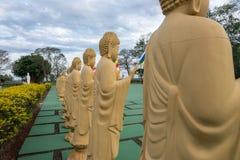 Kilka Buddha statuy w perspektywie przy buddyjską świątynią Zdjęcie Royalty Free