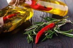 Kilka butelki ziele i pikantność, konserwować w czerwieni i kolorze żółtym Obrazy Stock