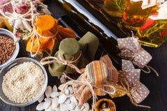 Kilka butelki ziele i pikantność, konserwować w czerwieni i kolorze żółtym Zdjęcia Stock
