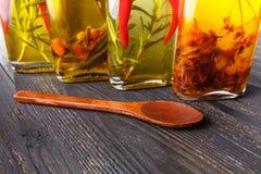 Kilka butelki ziele i pikantność, konserwować w czerwieni i kolorze żółtym Obraz Stock
