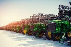 Kilka ciągniki wykładający up w sektorze rolniczym zdjęcie royalty free