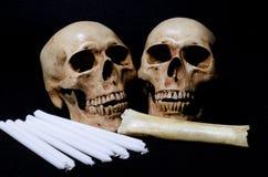 Kilka czaszka z świeczkami i kością na czarnym tle Zdjęcie Royalty Free