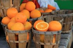 Kilka drewniani kosze, niektóre wypełniali z właśnie ukradzionymi pomarańczami i niektóre pustym Zdjęcie Royalty Free