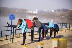 Kilka dziewczyny robią rozciąganiu na banku Desna rzeka, Ukraina, Chernigov, zdjęcia royalty free