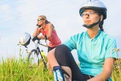 Kilka żeńskie sport atlety odpoczywa wpólnie outdoors. Obraz Stock