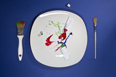 Farba ruruje na paintbrushes na stronach i talerzu royalty ilustracja