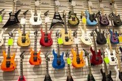 Kilka gitary przy muzycznym sklepem zdjęcia royalty free