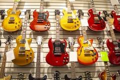 Kilka gitary przy muzycznym sklepem zdjęcia stock