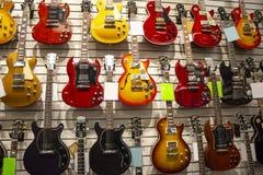 Kilka gitary przy muzycznym sklepem obrazy stock