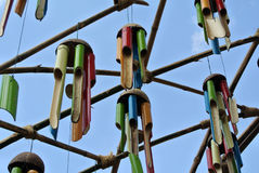 Kilka instrument muzyczny robić bambus i wieszający wysoko Zdjęcia Stock