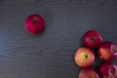Kilka jabłka na drewno stole Zdjęcie Royalty Free