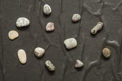 Kilka kamienie w chaotycznym sposobowym kłamstwie na ciemnym tle zdjęcie stock