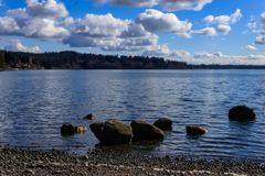 Kilka kamienie zanurzający w jeziorze zdjęcie royalty free