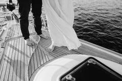Kilka kobiety i mężczyzna wydają czas na małym statku po środku powabnego jeziora Zdjęcie Royalty Free