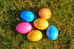 Kilka kolorowi Wielkanocni jajka kłama na trawie od wierzchołka obraz royalty free