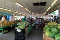 Kilka kramy z świeżymi owoc i warzywo dla sprzedaży, Zielonego smoka pchli targ, Pennsylwania, 2016 Obraz Stock