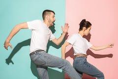 Kilka młody człowiek i kobieta target297_1_ Hip-hop przy studiiem Zdjęcie Stock