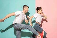 Kilka młody człowiek i kobieta target297_1_ Hip-hop przy studiiem Obraz Stock