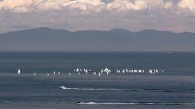 Kilka mała żeglowanie łódź m morze Zdjęcie Stock