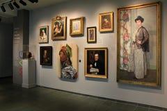 Kilka malujący portrety drobiazgowo wieszający na ścianach wśrodku Pamiątkowej galerii sztuki i obramiający, Rochester, Nowy Jork zdjęcie stock