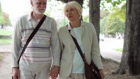 kilka park starszy, Aktywny nowoczesne życie po emerytura Rodzina cieszy się czas wpólnie zbiory