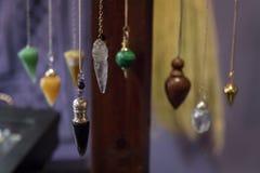 Kilka Piękni Krystaliczni wahadła Wiesza na pokazie obrazy stock