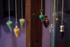 Kilka Piękni Krystaliczni wahadła Wiesza na pokazie fotografia stock
