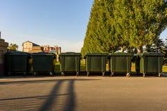 Kilka plastikowi zieleni śmieciarscy zbiorniki w miasto parku, oddzielna jałowa kolekcja, przetwarza, ekologia obraz stock