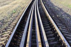Kilka poręcze kłamają na tajnych agentach między głównymi poręczami na kolei czmycha że bezpiecznie tajni agenci na railwa poręcz zdjęcia stock