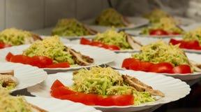 Kilka porcje kapuściana sałatka i baleron z pomidorową przekąską, przygotowanie dla bankieta zdjęcia royalty free