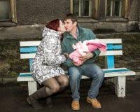 Kilka potomstwa wychowywają z dziećmi na ławce Zdjęcie Royalty Free