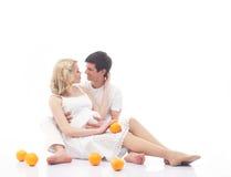 Kilka potomstwo rodzice z świeżymi pomarańczami Obrazy Stock