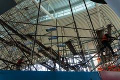Kilka pracownicy układali rusztowanie w budynku robić naprawom i utrzymaniu w terenie †‹â€ ‹budynek obrazy stock