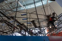 Kilka pracownicy układali rusztowanie w budynku robić naprawom i utrzymaniu w terenie †‹â€ ‹budynek obrazy royalty free