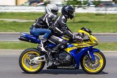 Kilka rowerzyści na motocyklu jadą przez ulic miasto Brest zdjęcia stock