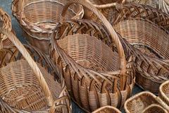 Kilka rzędy łozinowi kosze Kosze wyplatają od winogradów obraz stock