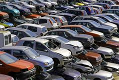 Kilka samochody niszczący w samochodowej rozbiórce Obrazy Royalty Free