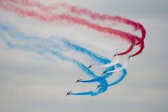 Kilka samolot wojskowy symmetrically wykonuje aerobatics obrazy royalty free