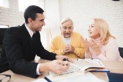 Kilka starzy ludzie przychodzili konsultacja z pośrednikiem handlu nieruchomościami Radośnie reagowali co powiedział pośrednik ha Obrazy Royalty Free