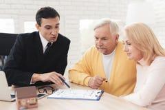 Kilka starzy ludzie przychodzili konsultacja z pośrednikiem handlu nieruchomościami Słuchają attentively everything który mówi po Obraz Stock