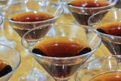 Kilka szkła sławny Martini koktajlu stojak na zakazują stół Zdjęcia Stock