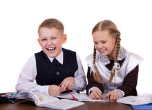 Kilka szkoła podstawowa ucznie siedzą przy biurkiem Obraz Stock