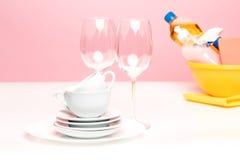 Kilka talerze, kuchenne gąbki i klingerytu butelki z naturalnego dishwashing ciekłym mydłem w użyciu dla ręki dishwashing Fotografia Royalty Free