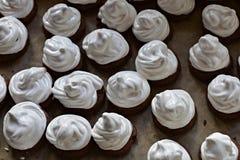 Kilka torty od batożących jajecznych biel, zamykają w górę background/odgórnego widoku Zdjęcia Royalty Free