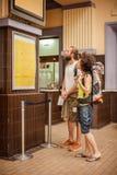 Kilka turyści patrzeją informaci deskę Zdjęcia Royalty Free