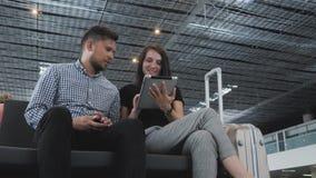 Kilka turyści Używają Ich gadżety Dla odprawy Przy lotniskiem Podczas gdy Czekający kolejkę, technologia, Podróżuje zdjęcie wideo