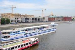 Kilka turystyczne łodzie żeglują na Moskwa rzece Zdjęcia Stock