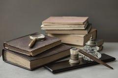 Kilka wygłupy rezerwują, set stary materiały, drewniany pióro, inkwell, magnifier w górę, rocznika tło Pojęcie fotografia royalty free